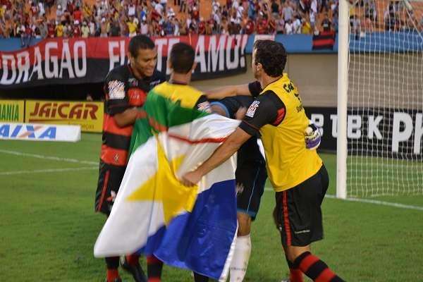 Elenco do Atlético-GO festeja título com goleiro herói