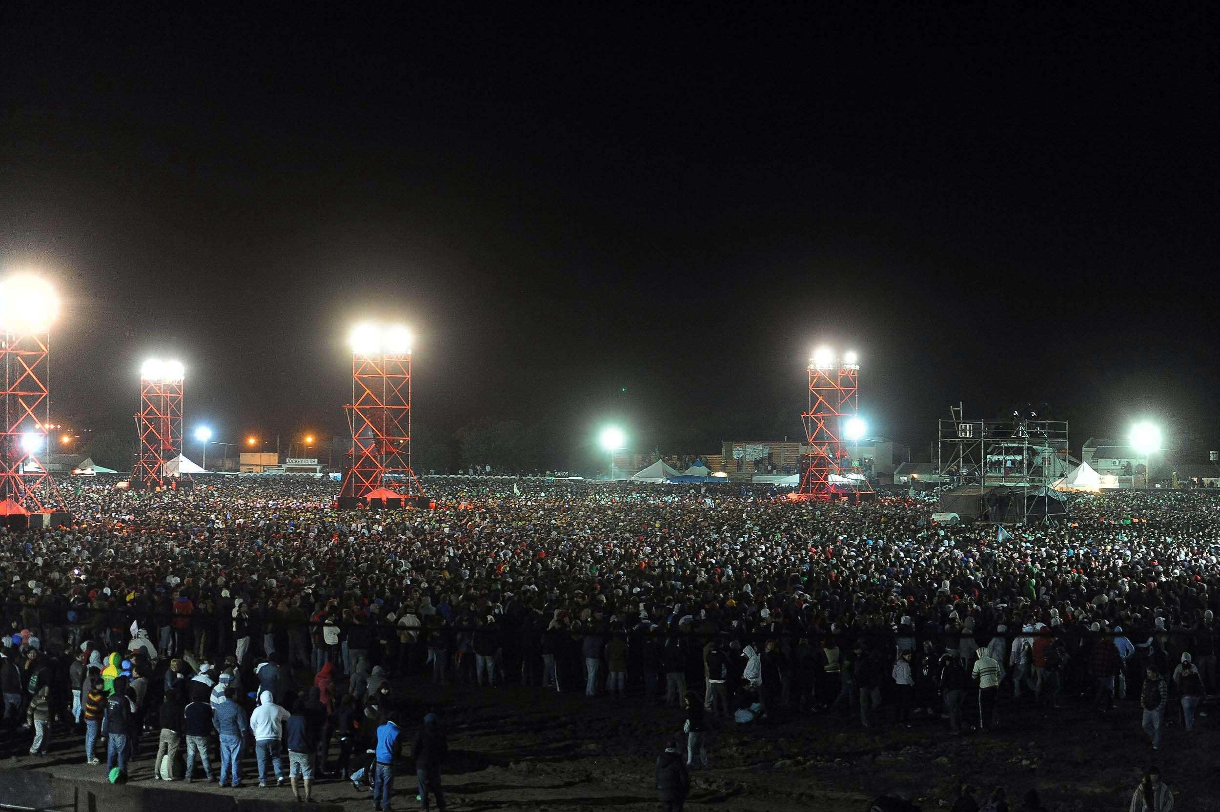 La multitud sigue extasiada el recital del Indio Solari. Foto: Terra