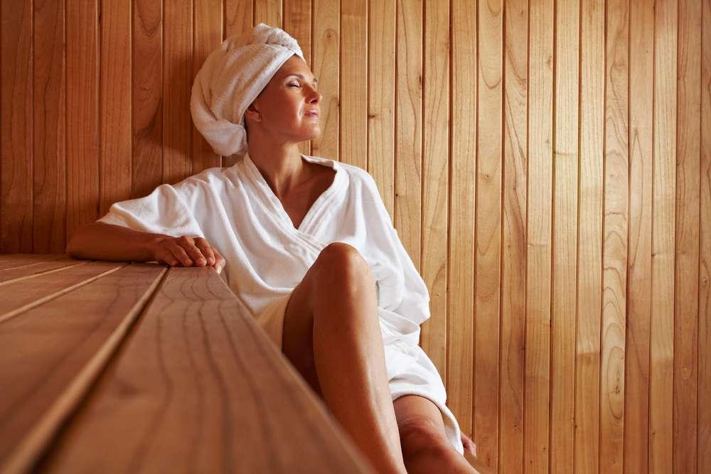 Cercada de muita polêmica, a sauna pode trazer benefícios estéticos para corpo, mas também colocar em risco a saúde se não for bem aproveitada por seus usuários Foto: Shutterstock