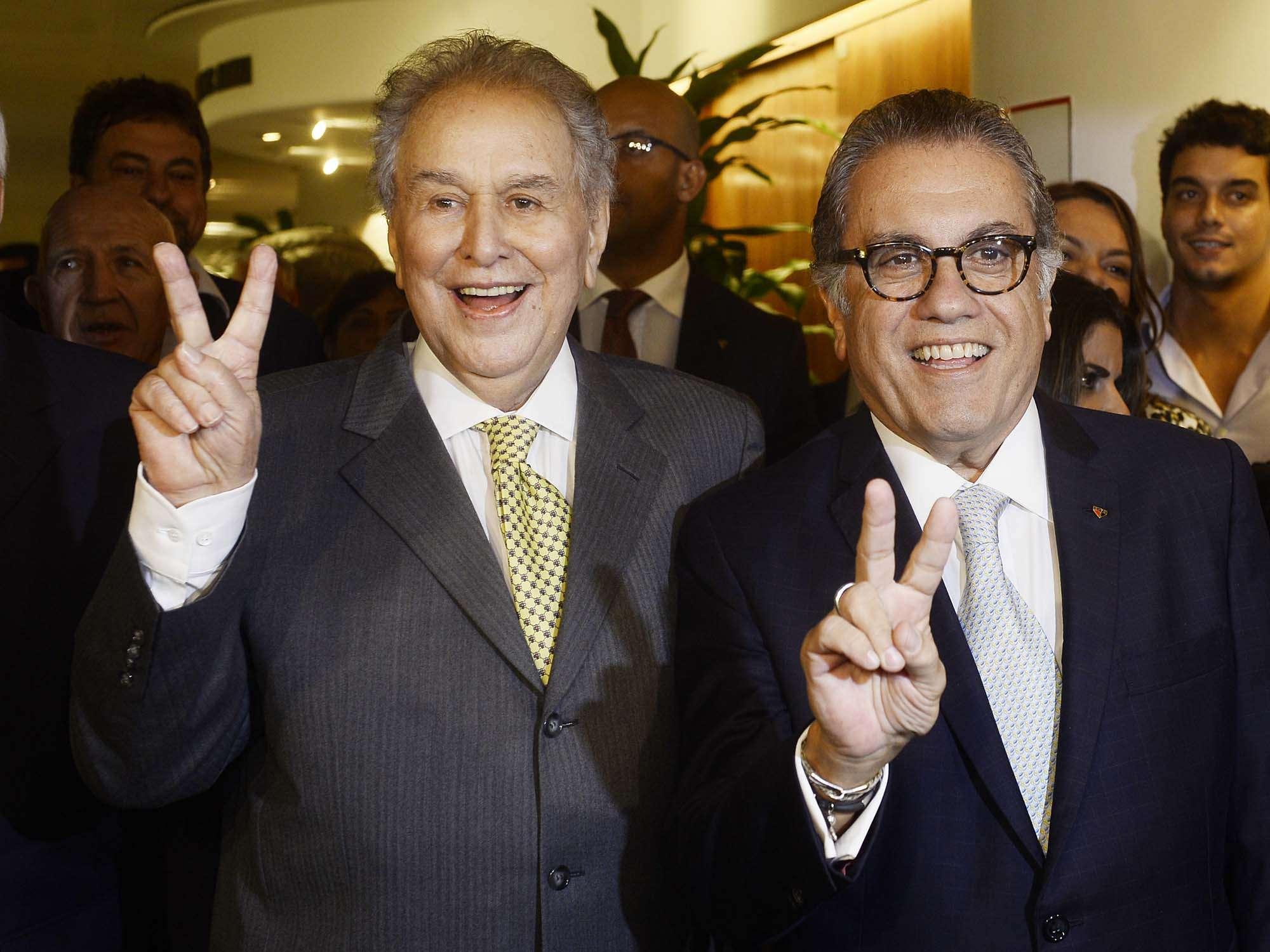 Carlos Miguel Aidar (à dir.) foi aclamado, na noite desta quarta-feira, presidente do São Paulo pelos próximos três anos, em substituição a Juvenal Juvênio; veja fotos da eleição no Morumbi Foto: Ricardo Matsukawa/Terra