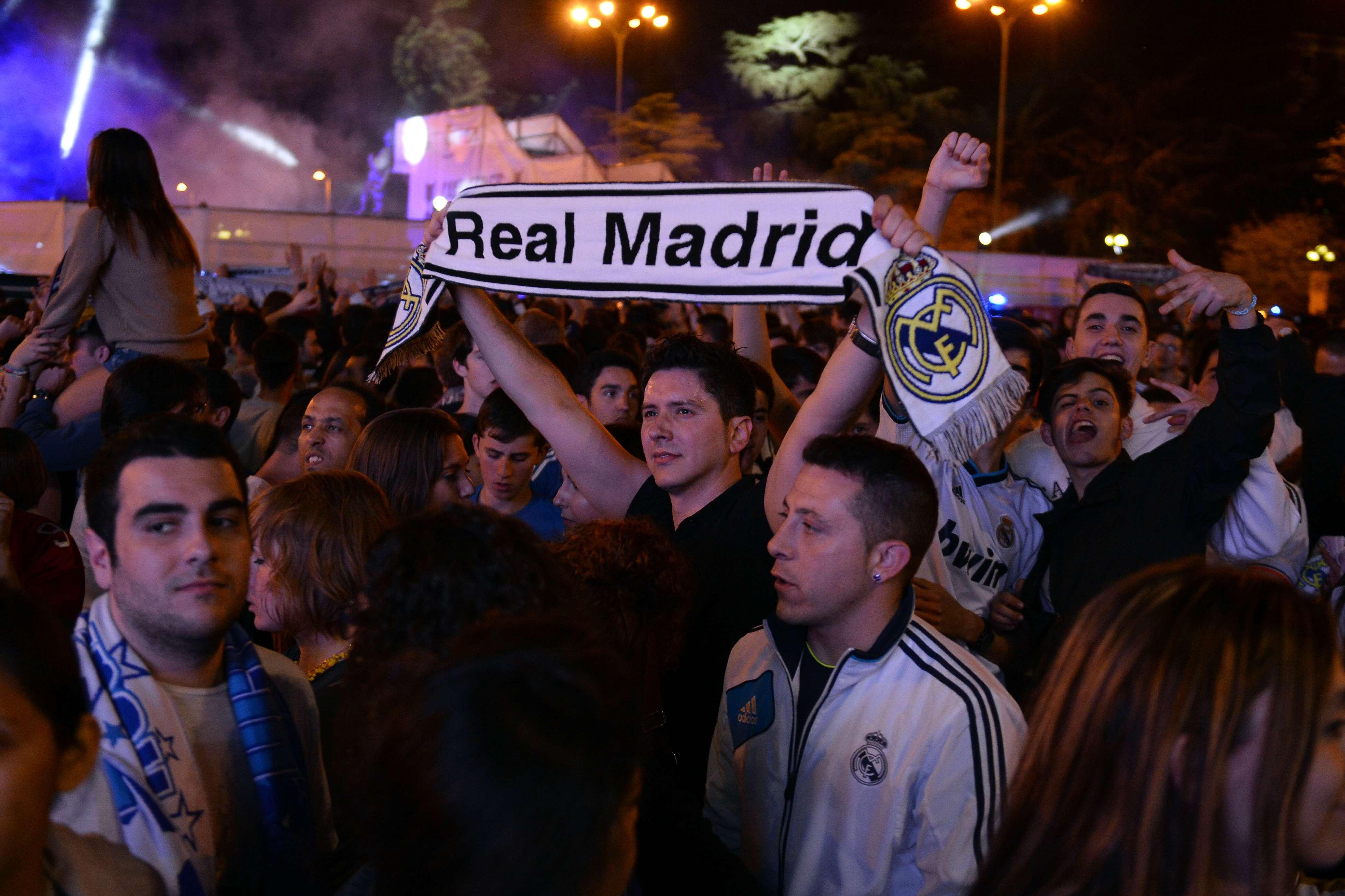 Aficionados del Real Madrid trasladan festejos a las calles