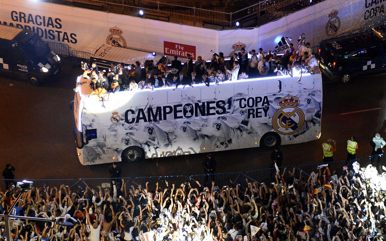 Jugadores del Madrid festejan con hinchas la Copa del Rey