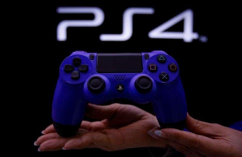 Sony dijo el miércoles que vendió más de 7 millones de consolas de videojuegos PlayStation 4 en poco más de 4 meses hasta el 6 de abril, duplicando la cantidad lograda por la versión previa, la PlayStation 3, en aproximadamente la misma cantidad de tiempo después de su lanzamiento. en la imagen, una persona muestra un mando de la PlayStation 4 en acto sobre su lanzamiento en Tokio, el 21 de febrero de 2014. Foto: Yuya Shino/Reuters