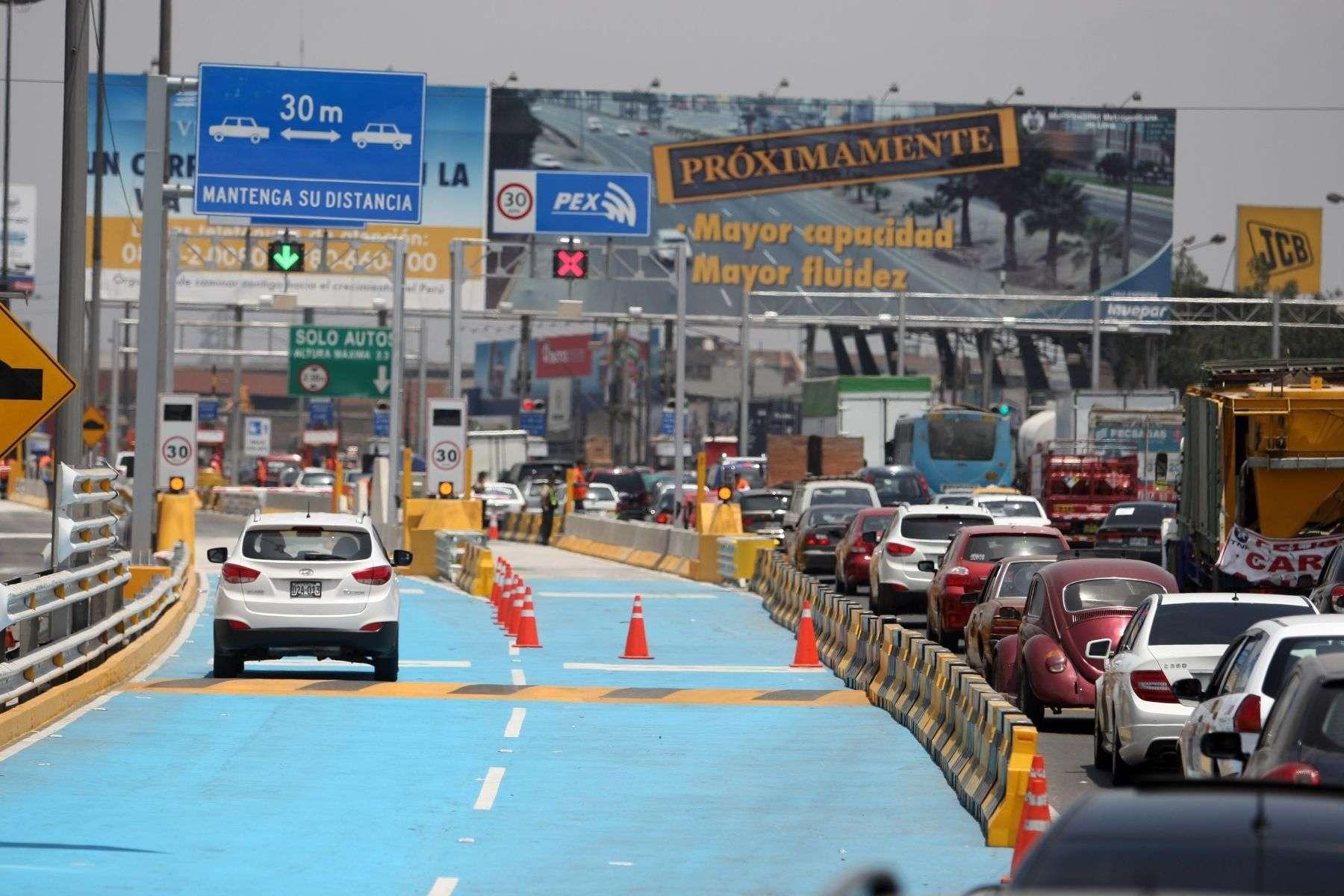 Para reducir la congestión de vehículos que retornan a la capital en ese horario, la concesionaria Rutas de Lima ha habilitado seis casetas de peaje en la plaza de Villa. Foto: Andina
