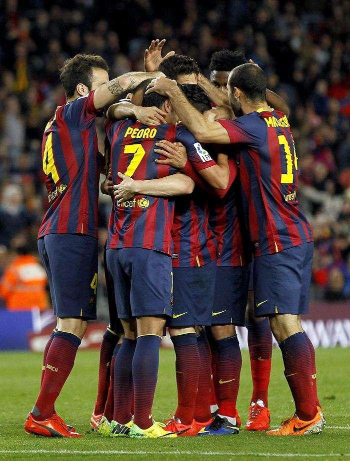 Los jugadores del Barcelona celebran el gol de Pedro Foto: EFE en español