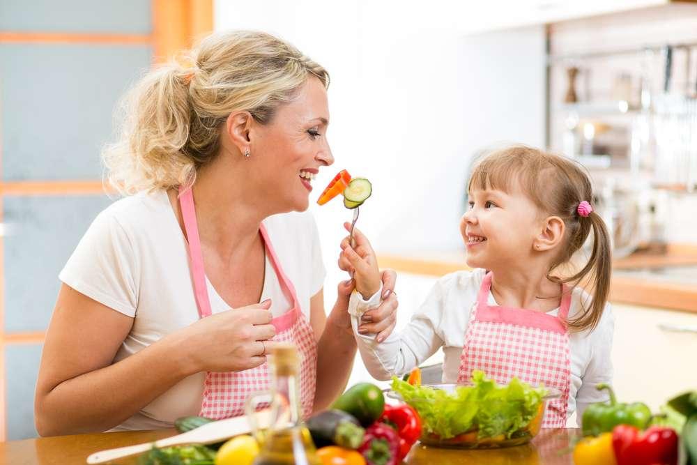 Cursos de culinária especializados transformam até as mães com pouca experiência em verdadeiras chefs de cozinha, capazes de elaborar receitas saborosas e saudáveis para os filhos de todas as idades Foto: Shutterstock