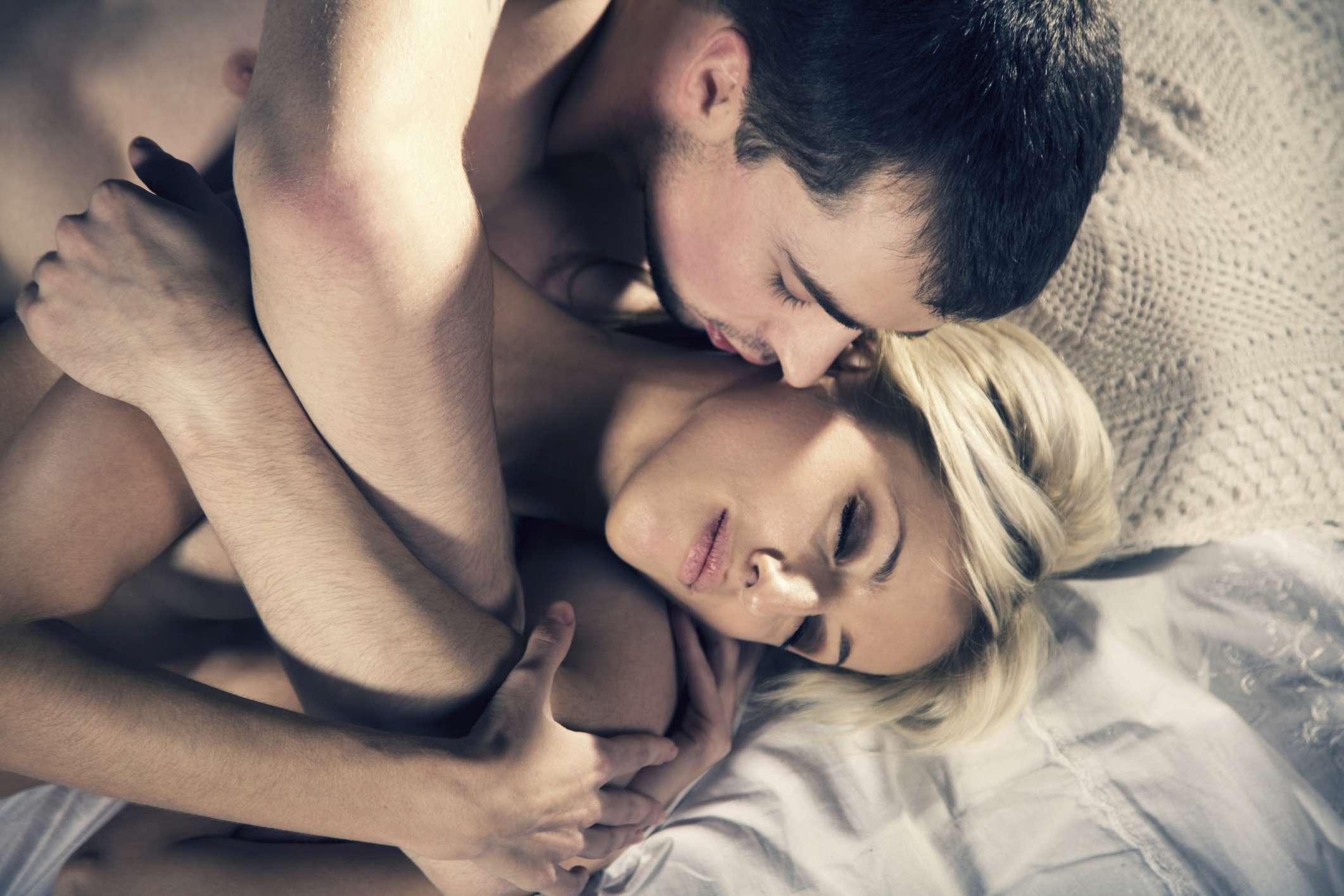 Фото про женщину и мужчину как занимаются сексом 17 фотография