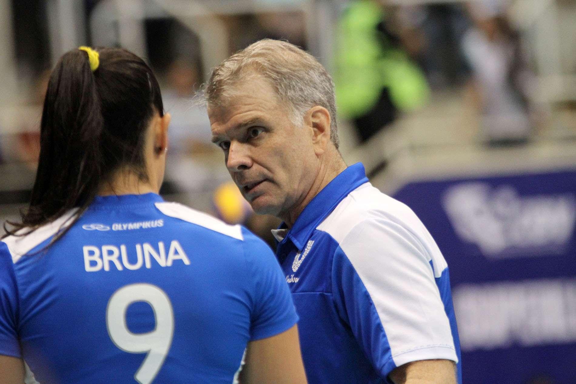 Bernardinho instrui Bruna Foto: Alexandre Arruda / CBV/Divulgação