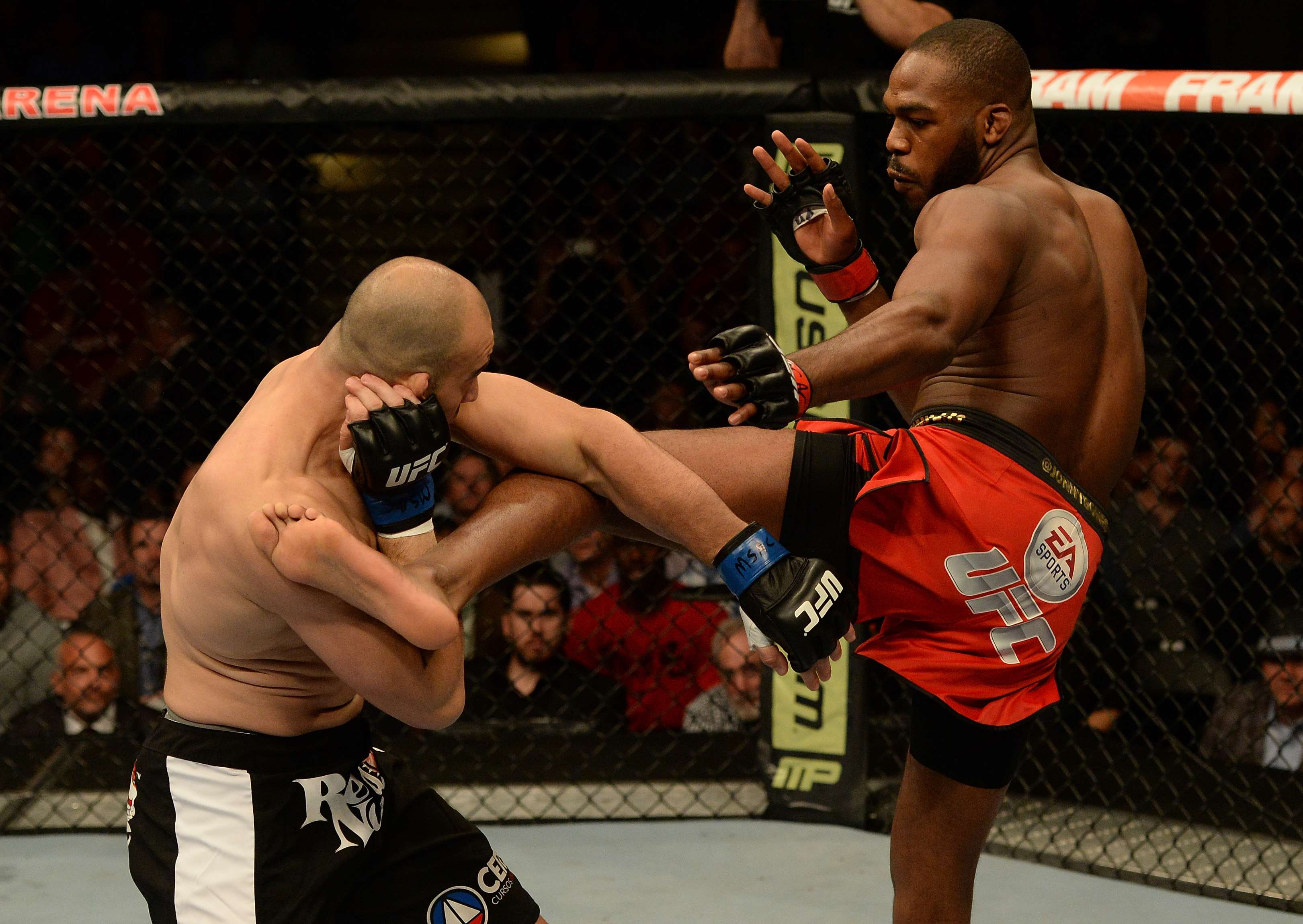 Jon 'Bones' Jones castiga a Glover Teixeira en UFC 172