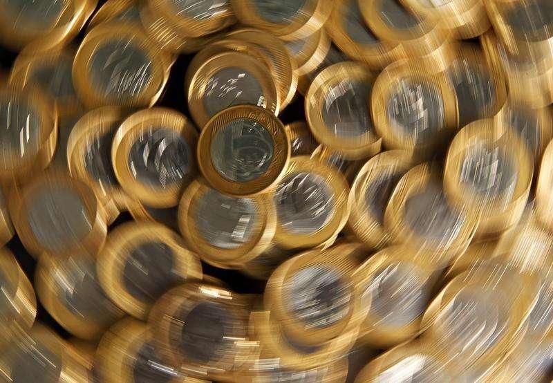 Moedas de real fotografadas no Rio de Janeiro. Economistas de instituições financeiras fizeram pequenos ajustes a suas projeções econômicas e passaram a projetar a inflação no topo da meta do governo este ano, ao mesmo tempo em que continuam vendo mais uma alta na Selic em maio. 15/10/2010. Foto: Bruno Domingos/Reuters