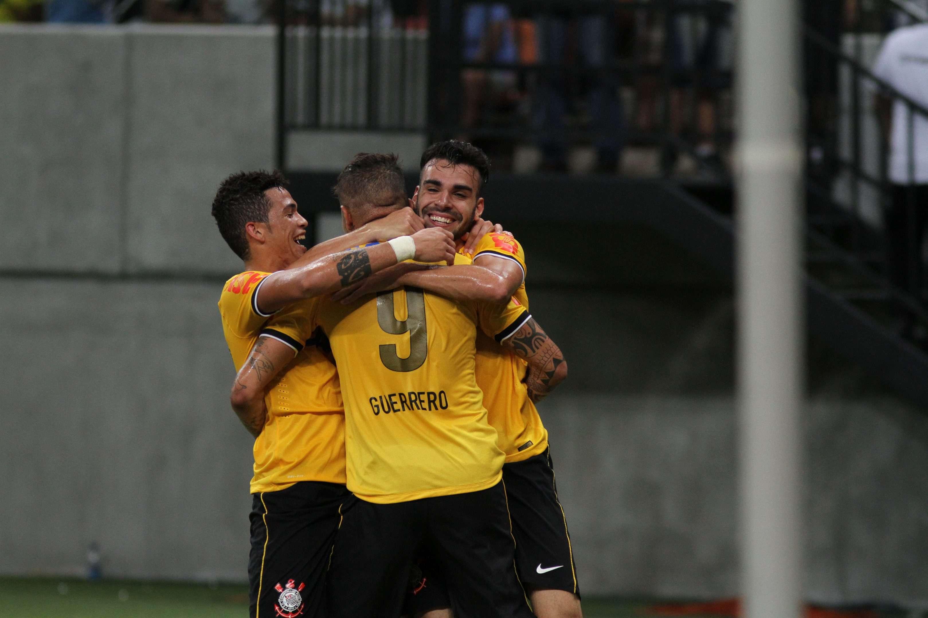 Jogadores do Corinthians festejam gol na partida contra o Nacional em Manaus Foto: Clóvis Miranda/A Crítica/Agência Lance
