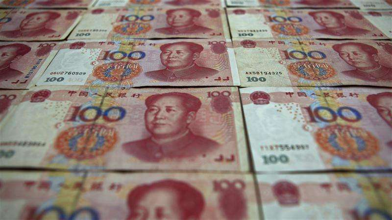 """Billetes de 100 yuanes. Pekín, mayo 7, 2013. China no relajará su política monetaria para apuntalar su economía o calmar un yuan más volátil, a pesar de que ha entrado en una fase """"dolorosa"""" de reestructuración, escribió el primer ministro Li Keqiang en comentarios publicados el jueves. Foto: Petar Kujundzic/Reuters"""