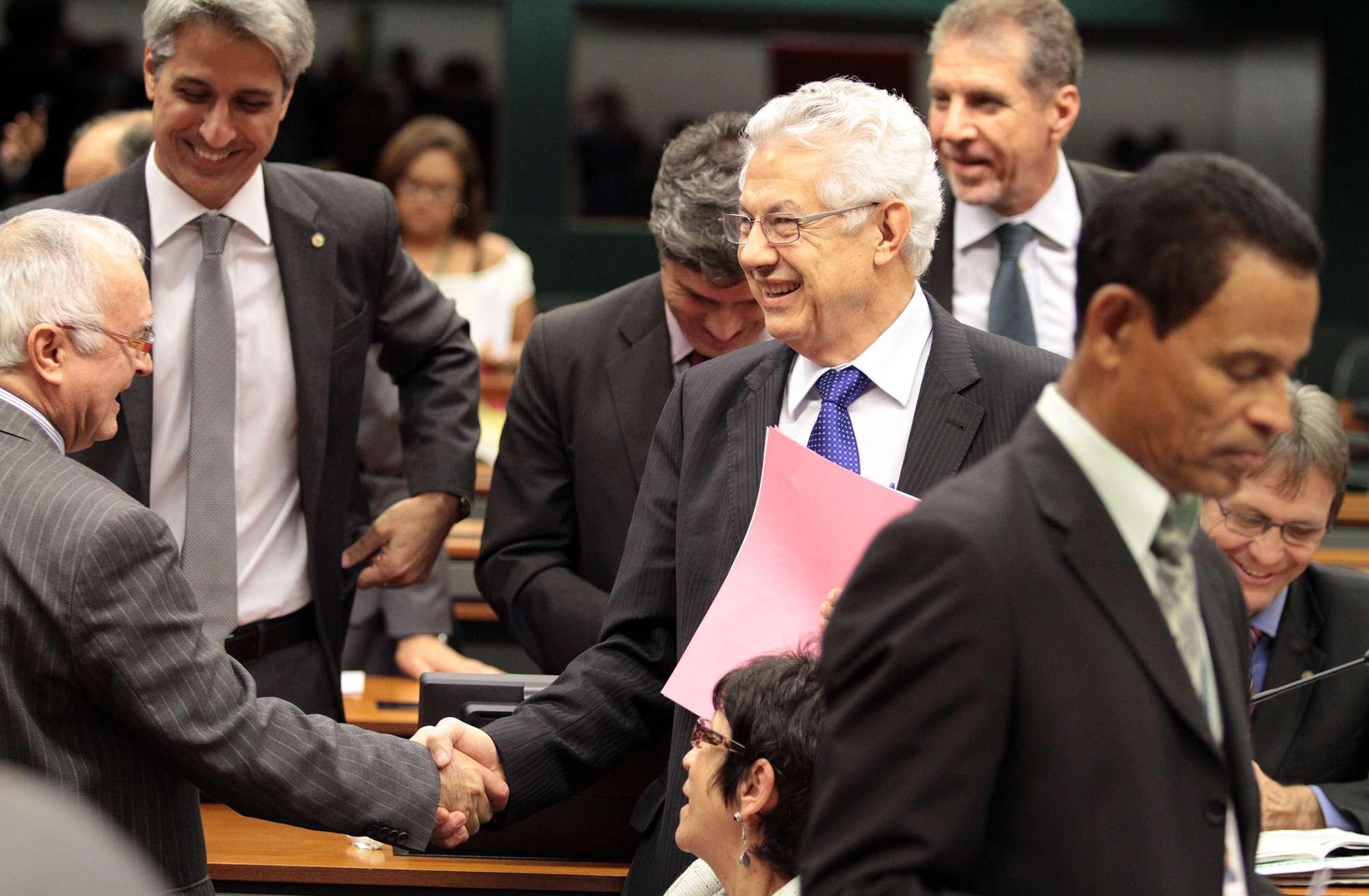 Chinaglia é parabenizado após indicação do partido Foto: Viola Jr./Agência Câmara