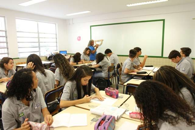 No CECA, o professor é treinado para entender melhor o aluno individualmente, criando uma maior proximidade com ele Foto: Cris Torres-Seeduc/RJ/Divulgação