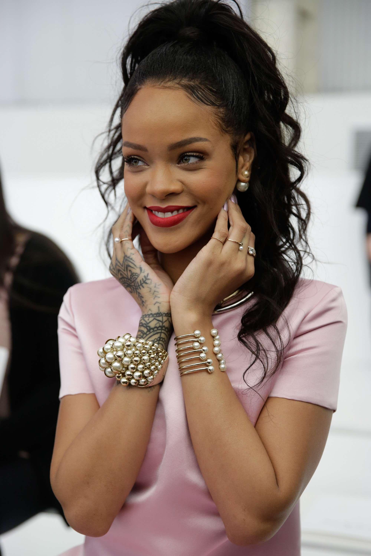 Rihanna confere desfile da Dior com brasileira na passarela