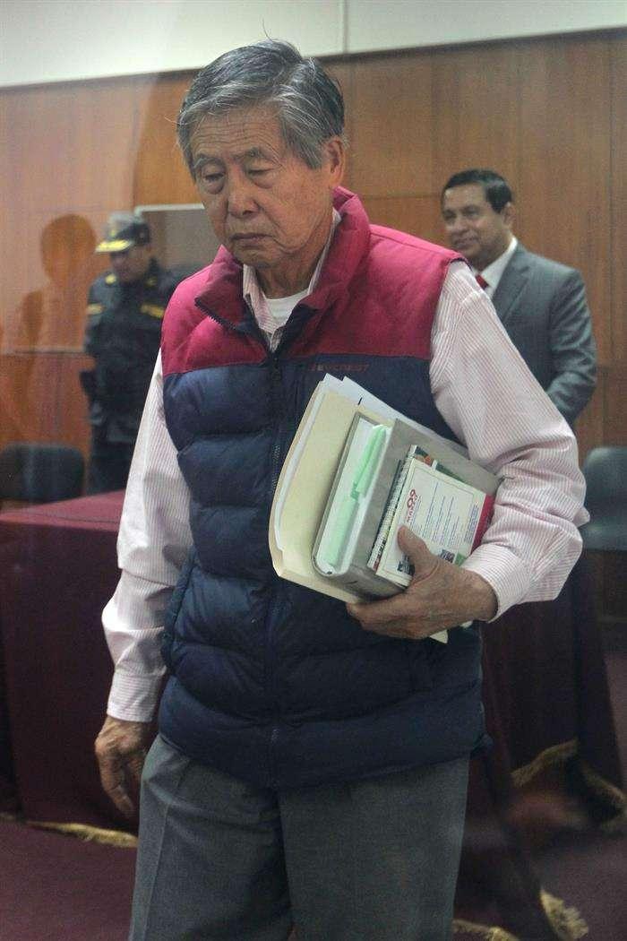 El expresidente peruano Alberto Fujimori asiste hoy a la audiencia en el juicio oral que se le sigue por la compra de la línea editorial de los diarios sensacionalistas durante su gobierno (1990-2000), en Lima. El expresidente actualmente se encuentra condenado a 25 años de cárcel por abusos a los derechos humanos. Foto: EFE en español