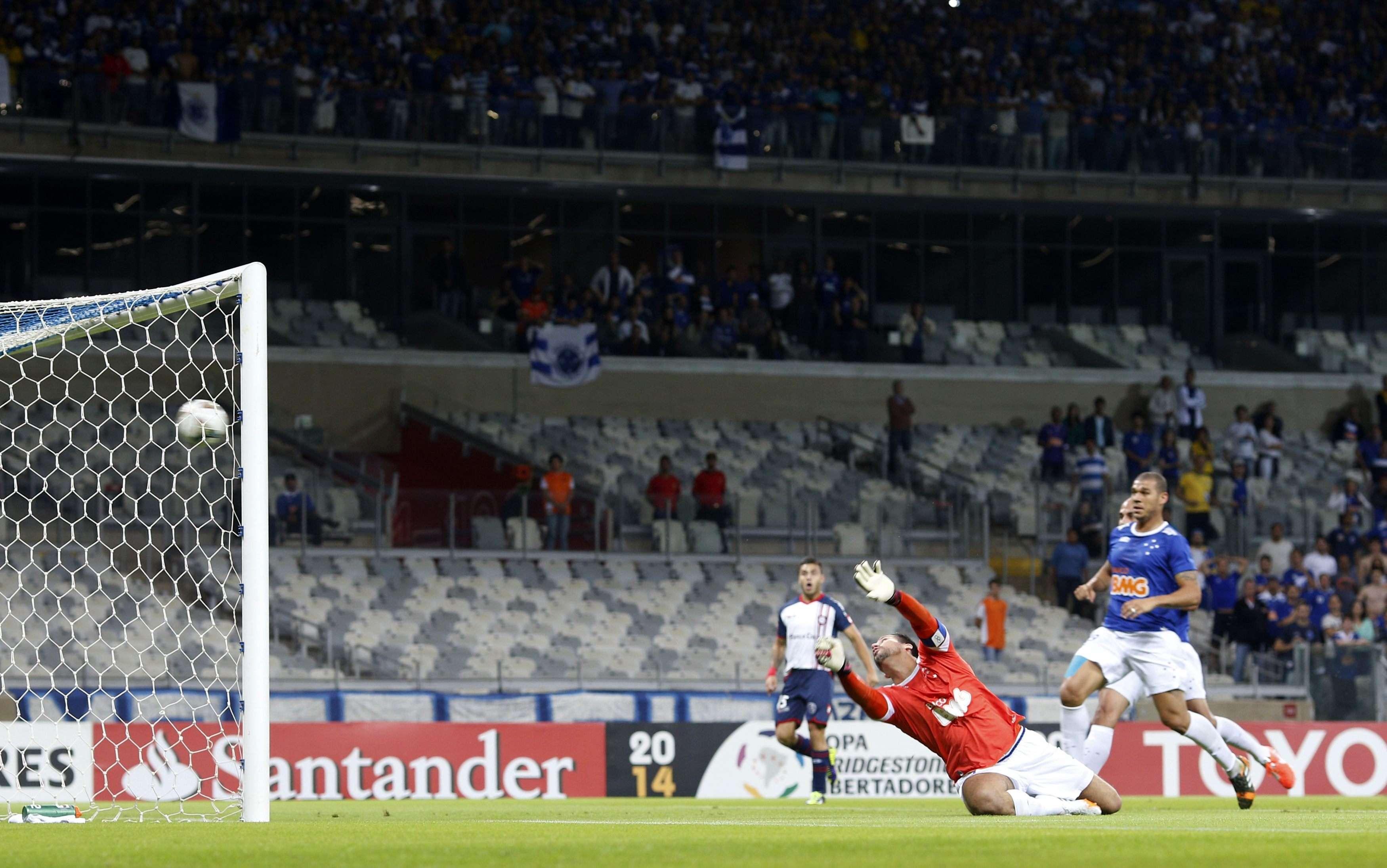 Piatti acertou chute cruzado e levou a melhor contra Fábio no início do jogo Foto: Reuters