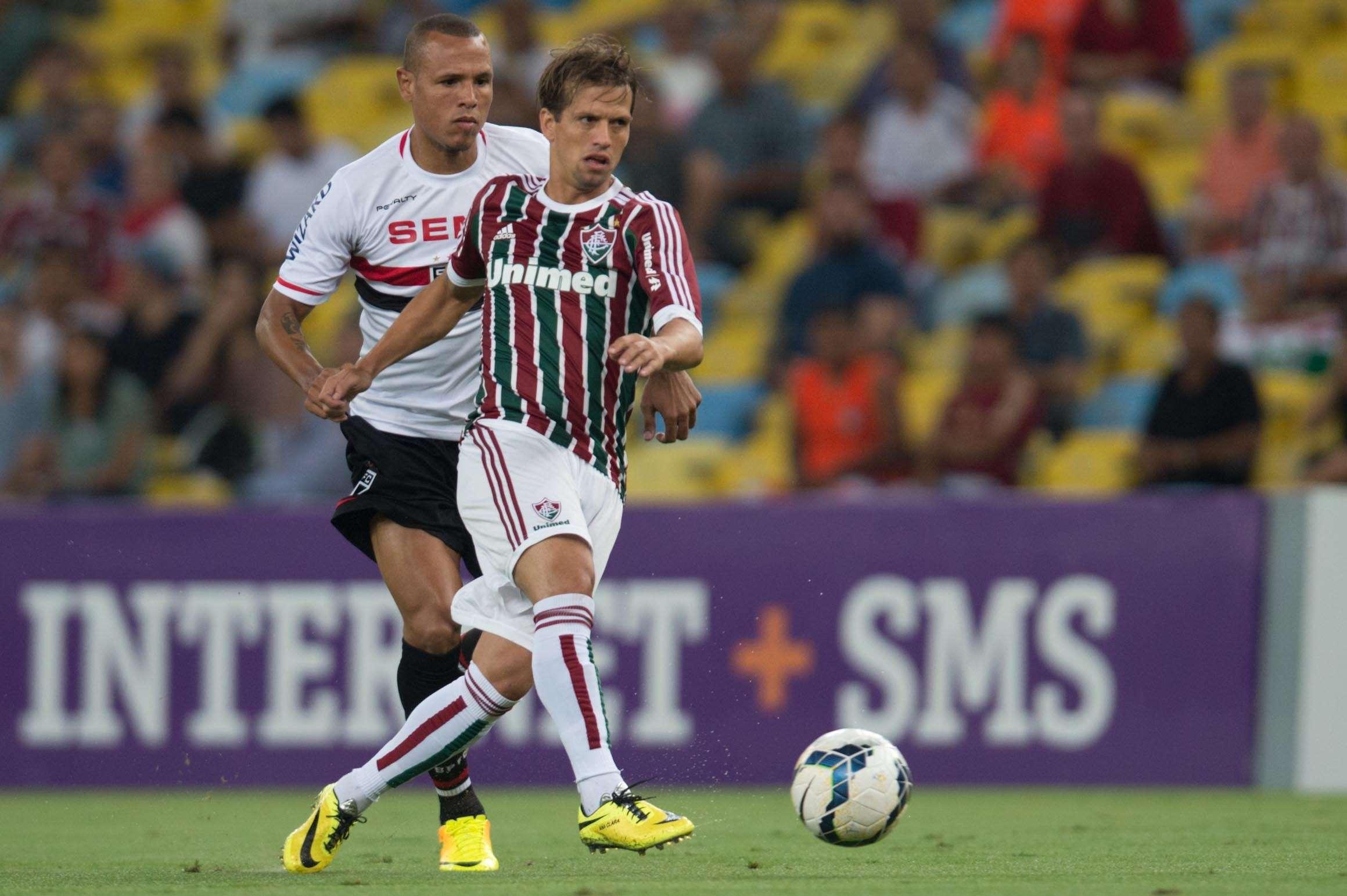 Luís Fabiano e Diguinho disputam bola no meio campo Foto: Mauro Pimentel/Terra