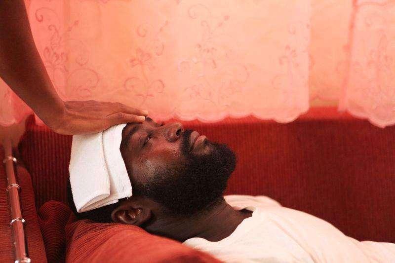 Marqui Ducarme es asistido por su esposa en su hogar en Puerto Príncipe tras contraer el virus Chikungunya. Un virus que causa mucho dolor y es transmitido por mosquitos se está propagando rápidamente por el Caribe, causando alarma en Haití y República Dominicana, donde funcionarios de salud se desviven por atender a un número creciente de pacientes.. Foto: Reuters