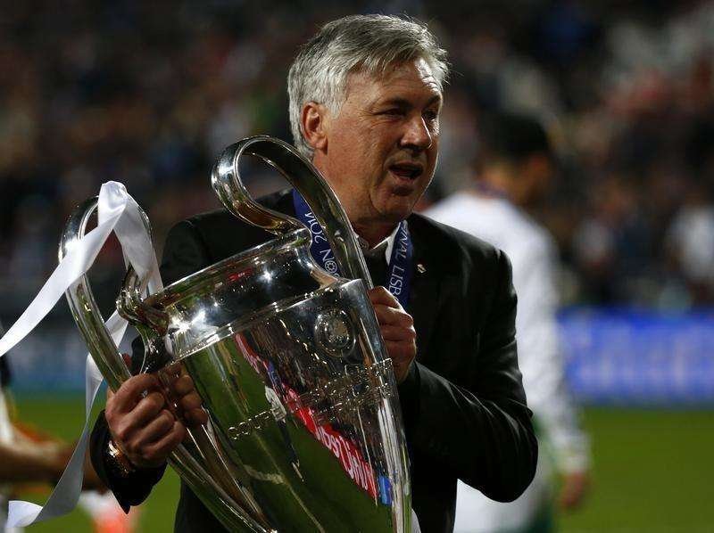 Real Madrid's coach Carlo Ancelotti holds the trophy after defeating Atletico Madrid in their Champions League final soccer match at the Luz Stadium in Lisbon, May 24, 2014. Foto: Michael Dalder/Reuters