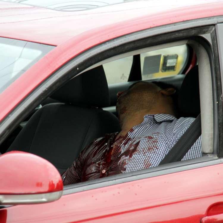 28-mayo-2014.- Ejecutado en Guadalajara. La víctima fue identificada por autoridades como Francisco Javier Ríos Cervantes, empleado de la UdeG. Foto: Reforma