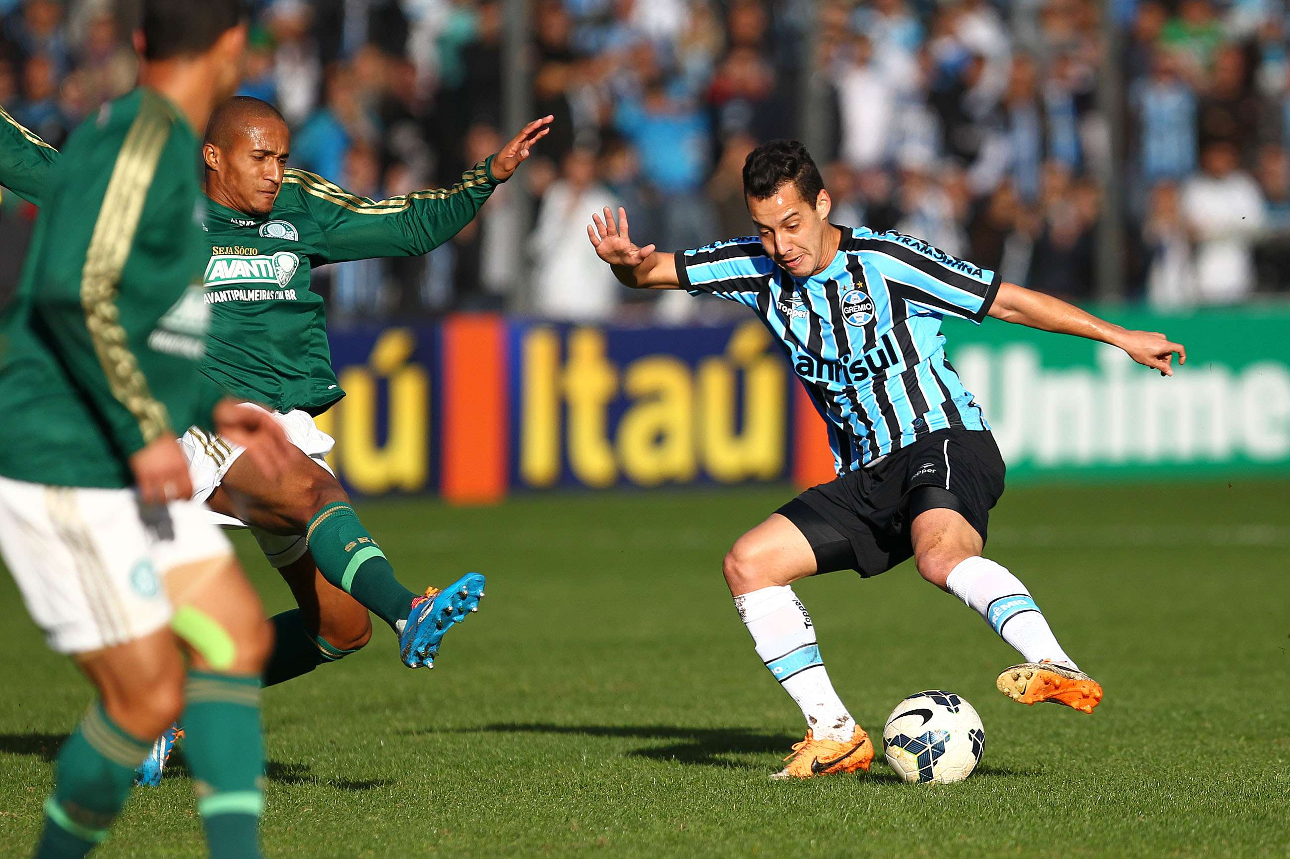 Gremista Rodriguinho tenta clarear a jogada na entrada da área do Palmeiras Foto: Lucas Uebel/Grêmio FBPA/Divulgação