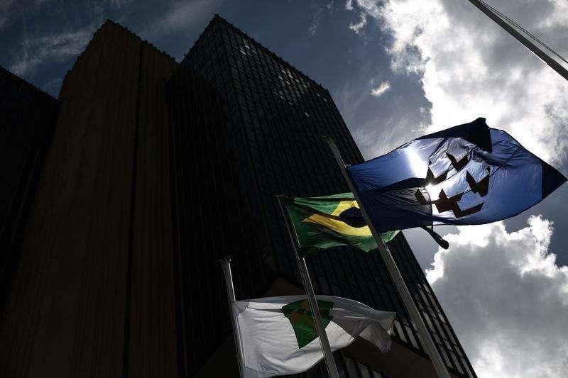 Bandeiras flamulam em frente à sede do Banco Central, em Brasília. Economistas de instituições financeiras passaram a ver que o Banco Central não voltará a elevar a Selic este ano, encerrando 2014 a 11,0 por cento, ao mesmo tempo em que pioraram a perspectiva de crescimento da economia. 15/01/2014. Foto: Ueslei Marcelino/Reuters