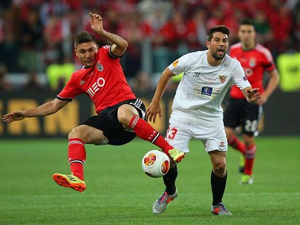 Siqueira (izquierda) disputa un balón con Coke (Sevilla) durante la final de la Europa League 2014 Foto: Getty Images