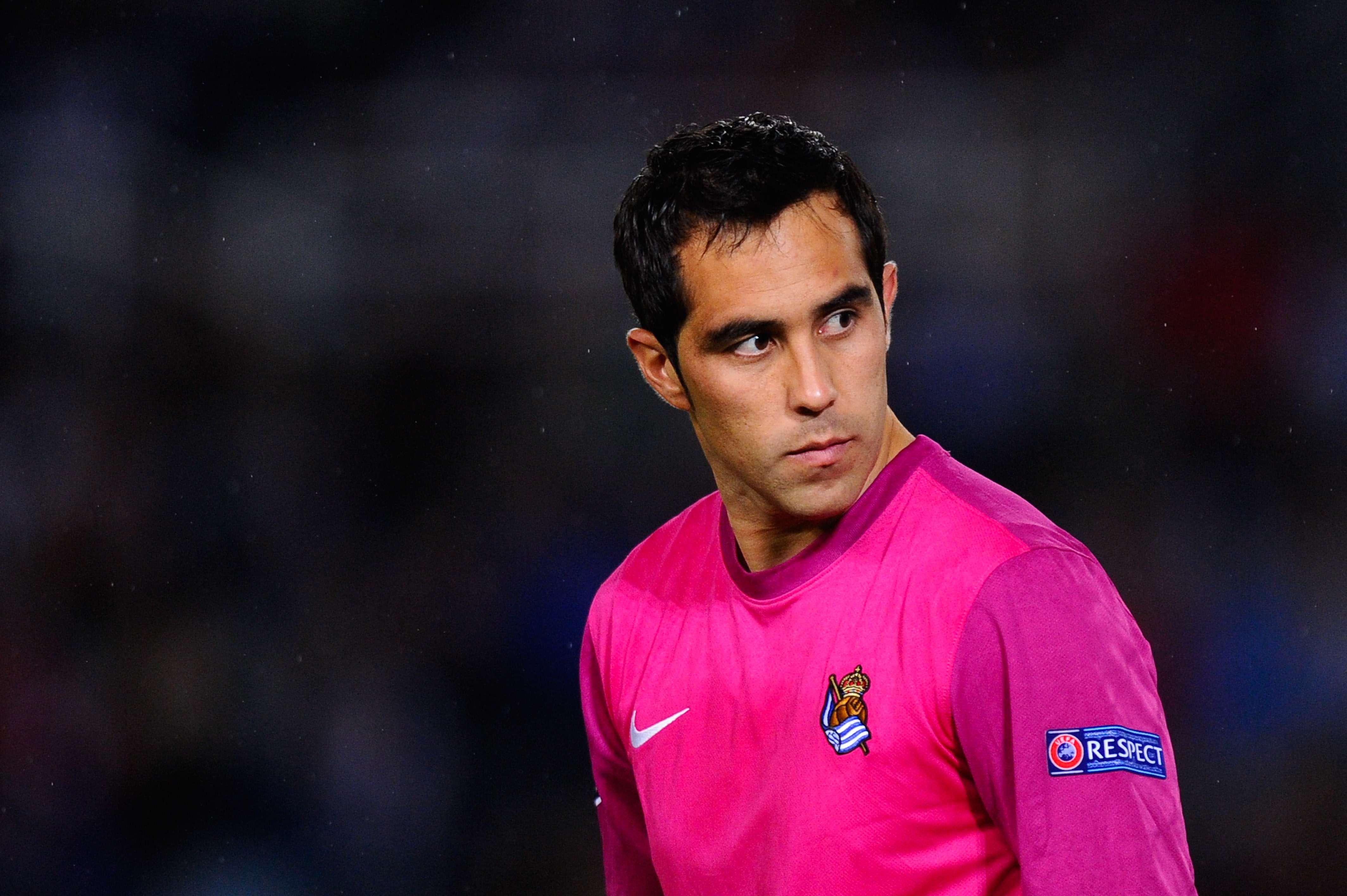 "Claudio Bravo mira de ""reojo"" al Barcelona desde Brasil. Foto: Getty Images"