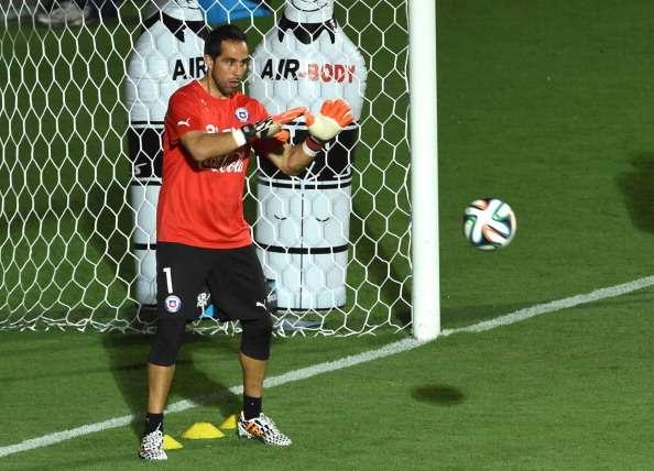 Bravo espera mientras por el debut de Chile en el Mundial. Foto: AFP