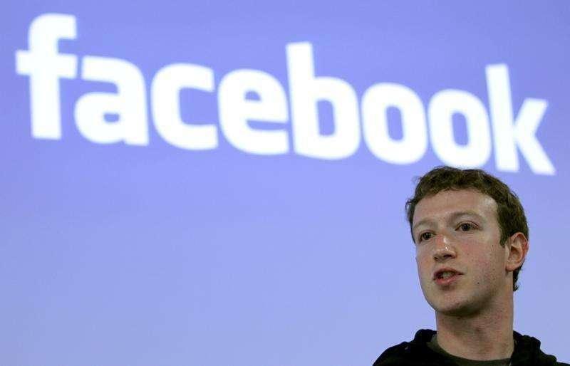 En la imagen, Zuckerberg durante una conferencia en la sede de Facebook en Palo Alto, California, el 26 de mayo de 2010. Mark Zuckerberg y otros miembros de la junta directiva de Facebook fueron demandados por un accionista que afirma que la política que les permitiría ganar anualmente a cada uno más de 150 millones de dólares en acciones es irracionalmente generosa. Foto: Robert Galbraith/Reuters