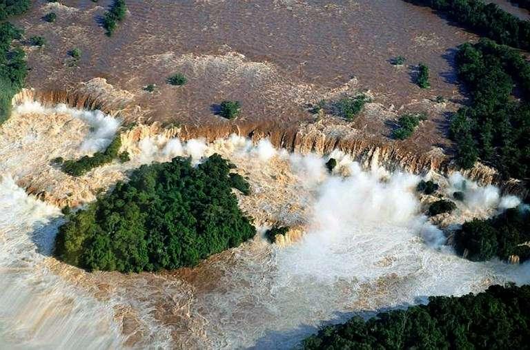 Una inusual crecida del caudal del río Iguazú, que desemboca en el Paraná, provocó el cierre total del circuito turístico argentino de las Cataratas del Iguazú, informó la administración de Parques Nacionales. Las lluvias que afectaron el litoral de la provincia de Misiones (noreste argentino) en los últimos días provocaron una inusual crecida de los ríos Paraná e Iguazú que alimentan los majestuosos saltos de las cataratas, que Argentina comparte con Brasil. El salto más visitado, la imponente Garganta del Diablo, de 80 metros, debió ser clausurado al igual que los circuitos superior e inferior del paseo, que comprenden 275 saltos de agua, visitados por unos 13.000 turistas a diario en temporada alta (de abril a septiembre). Foto: AFP en español