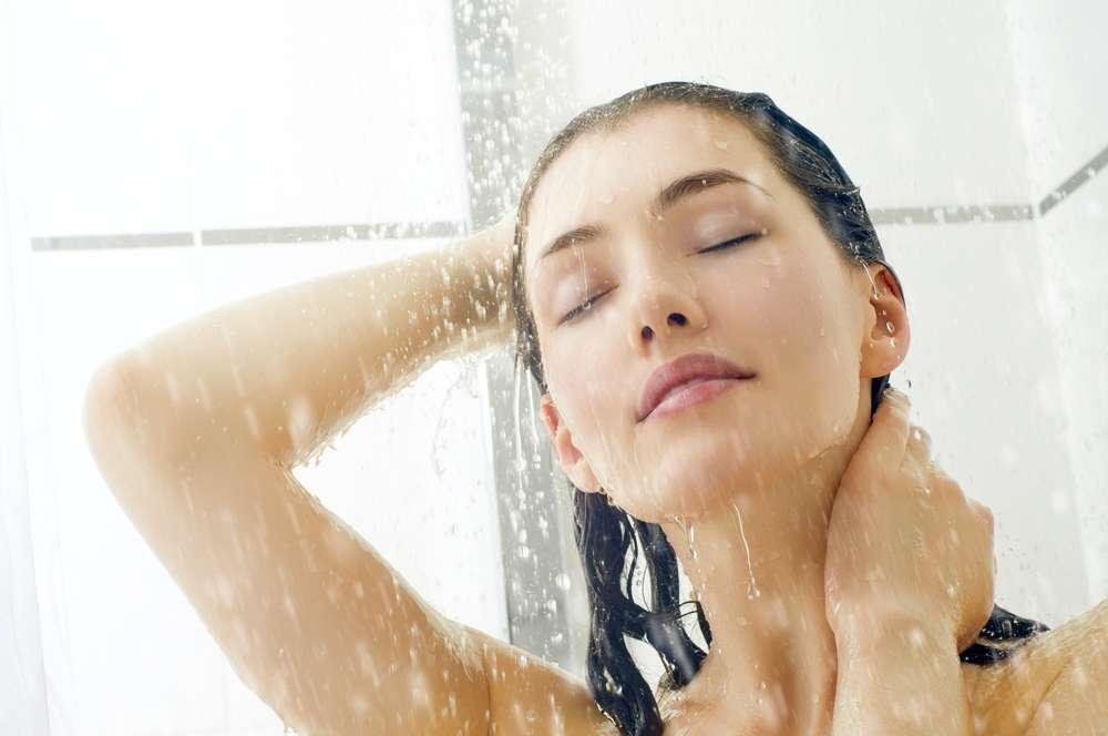 Na receita dos sais de banho que podem ser colocados no chuveiro, a trouxinha com os sais deve ser presa com uma fita bem próxima à saída de água do chuveiro para que as ervas promovam um relaxamento especial à medida que a água vai caindo Foto: Shutterstock