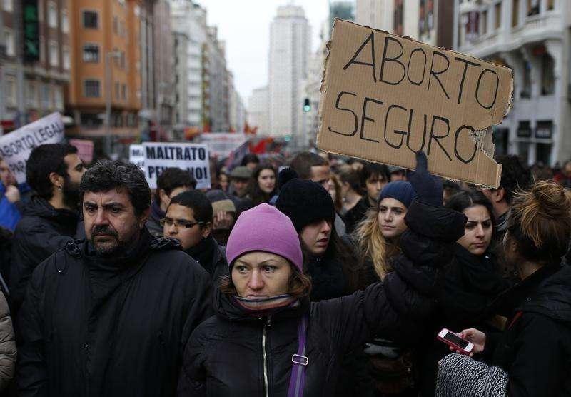 El Consejo General del Poder Judicial (CGPJ) español aprobó el viernes un informe que pide despenalizar el aborto por malformación, uno de los aspectos más polémicos de una ley que podría situar a España entre los países menos permisivos de Europa acerca de la interrupción del embarazo. En la imagen, una manifestación contra el proyecto de reforma del aborto en Madrid, el 8 de febrero de 2014. Foto: Javier Barbancho/Reuters