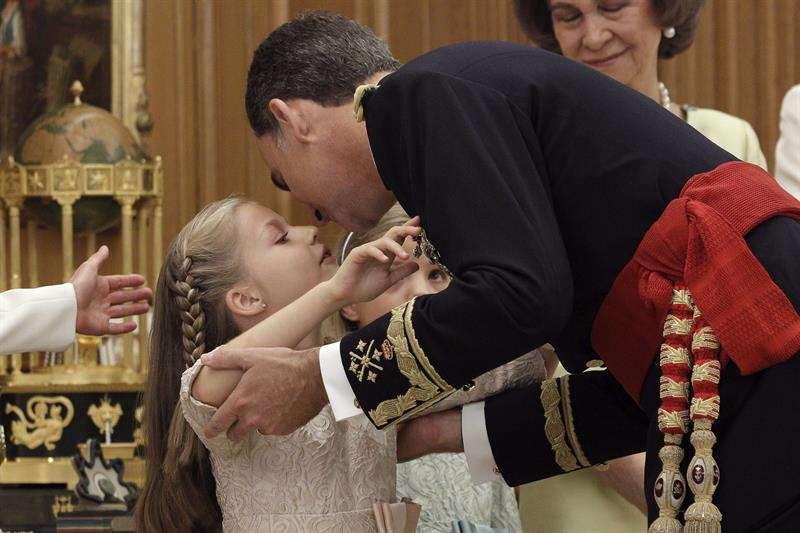 El rey Felipe VI, besa a su hija Leonor, princesa de Asturias, tras recibir de don Juan Carlos el fajín de capitán general. Foto: EFE