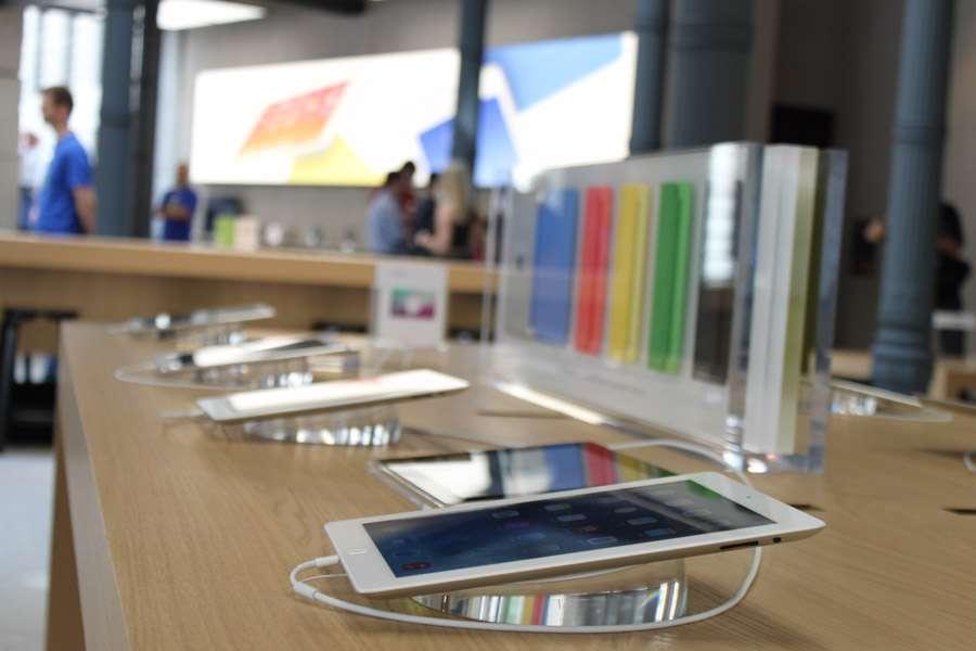 Apple Store de Puerta del Sol, en Madrid. Se trata de la primera tienda de la compañía en el centro de la ciudad y de la tercera que abre en España tras rehabilitar un edificio clásico. Foto: Guillermo del Palacio/Terra
