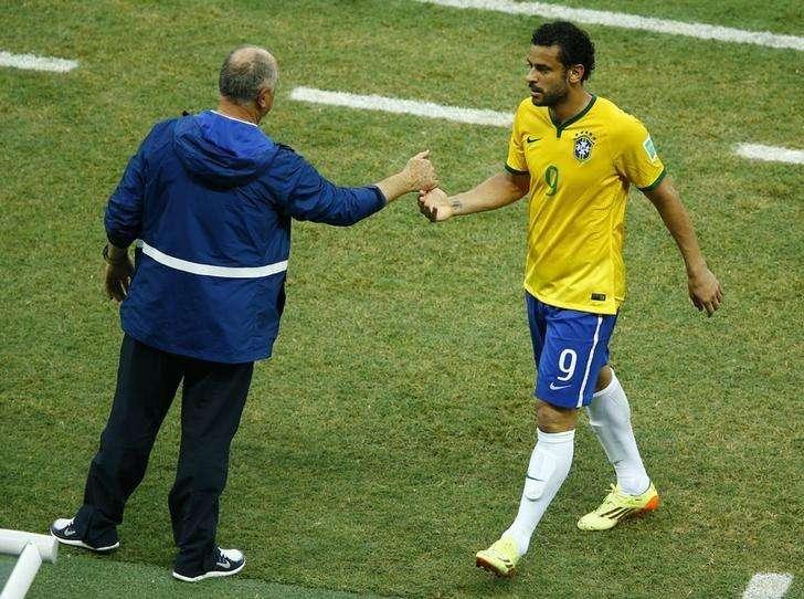 Atacante Fred é cumprimentado pelo técnico da seleção Luiz Felipe Scolari durante partida contra o México. 17/06/2014. Foto: Mike Blake/Reuters