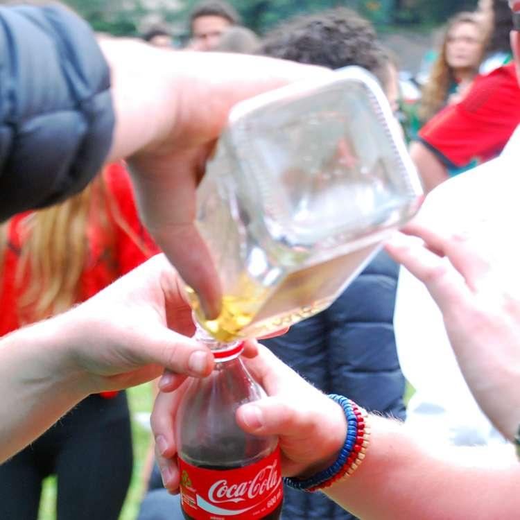 Tras el triunfo de México sobre Croacia que le dio el pase a octavos de la Copa del Mundo Brasil 2014, cientos de juniors se reunieron en la Glorieta de Bosques para celebrar con mucho alcohol y consentimiento de las autoridades. Foto: Terra