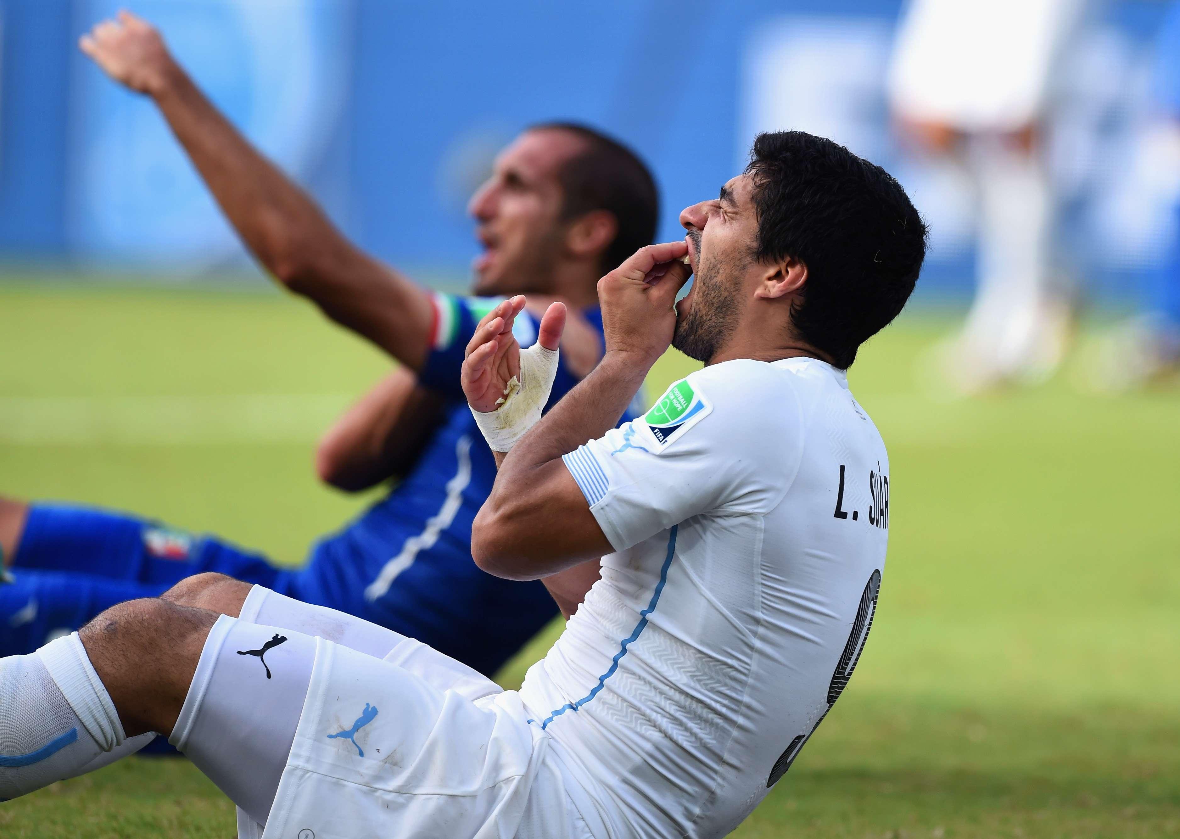 Uruguaio agrediu o zagueiro italiano nesta terça-feira, em Natal Foto: Getty Images