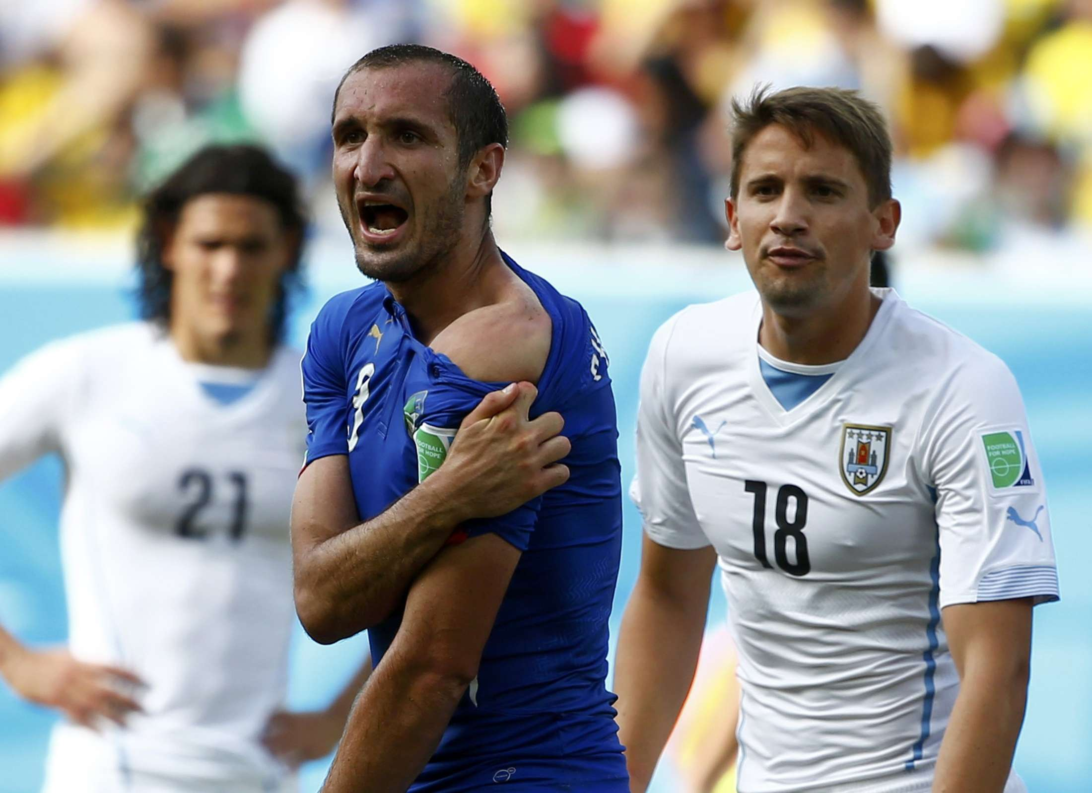 Italy's Giorgio Chiellini shows his shoulder, claiming he was bitten by Uruguay's Luis Suarez, during their 2014 World Cup Group D soccer match at the Dunas arena in Natal June 24, 2014. REUTERS/Tony Gentile (BRAZIL - Tags: SOCCER SPORT WORLD CUP TPX IMAGES OF THE DAY) Foto: TONY GENTILE/REUTERS