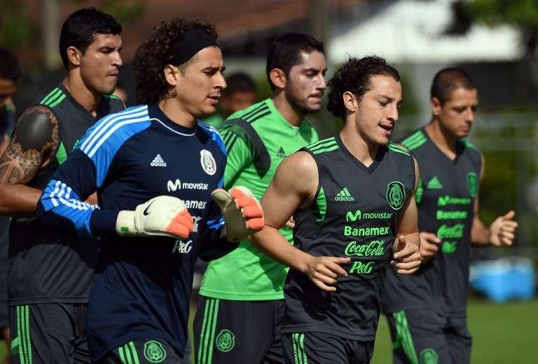 México entrenó en un día soleado en Santos, ya con el equipo contemplado para iniciar ante Holanda, además de ensayar penaltis, en caso de que se tenga que definir el partido desde los once pasos. Foto: AFP