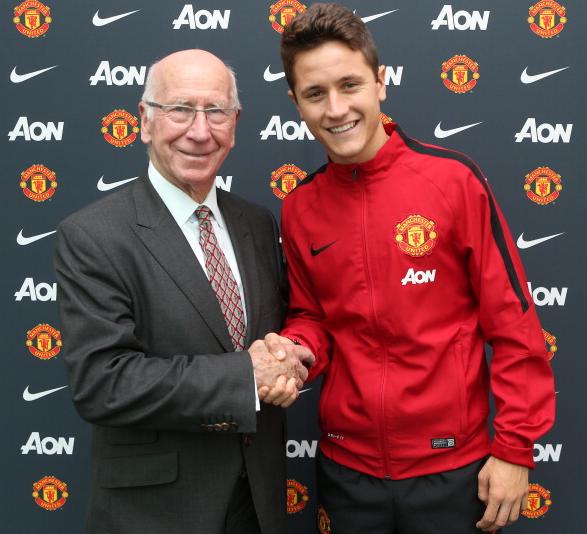 Ander Herrera posa con Bobby Charlton como nuevo jugador del Manchester United Foto: Getty Images