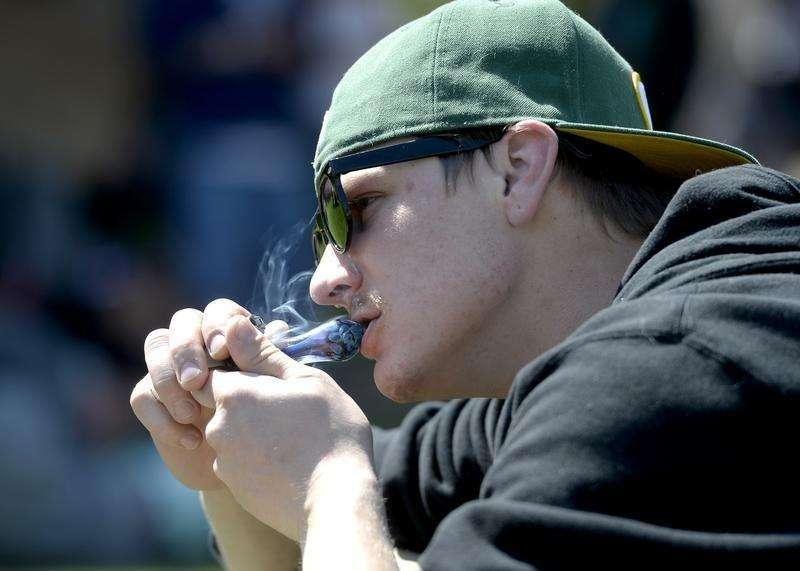 En un hallazgo que podría reactivar el debate internacional sobre la despenalización de la marihuana, la Oficina de Naciones Unidas contra la Droga y el Delito (UNODC) informó de que más personas en todo el mundo están buscando tratamiento para trastornos relacionados con el cannabis. En la imagen del 20 de abril, un joven fuma marijhana de una pipa en un acto público en Denver, Colorado. Foto: Mark Leffingwell/Reuters