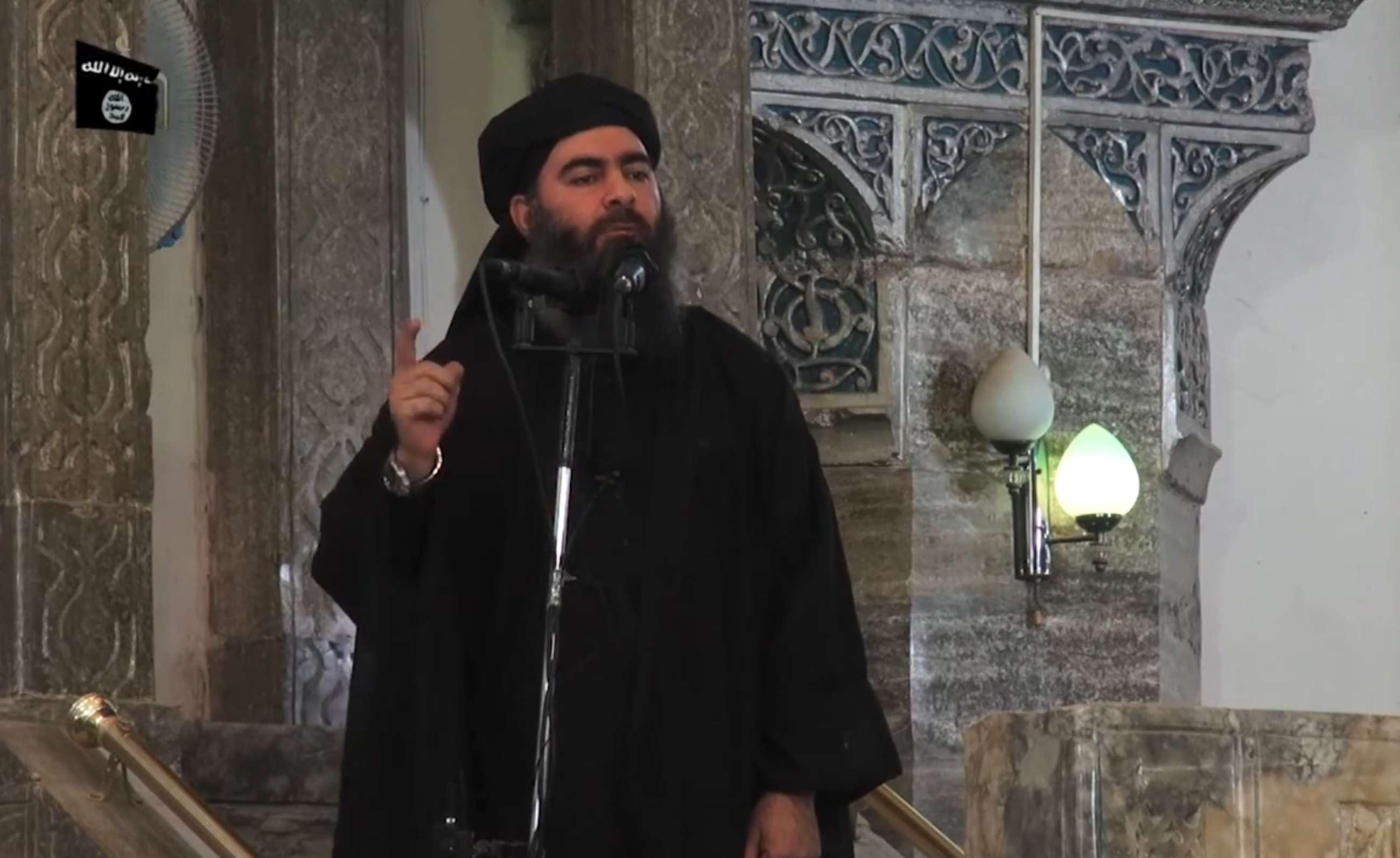 Frame de vídeo divulgado no dia 5 de julho pelo grupo Al-Furqan mostra o que seria Abu Bakr al-Baghdadi, anunciado como o califa Ibrahim, novo líder do Estado Islâmico; o vídeo teria sido feito em uma mesquita de Mosul, no Iraque Foto: Al Furwan Media / HO/AFP