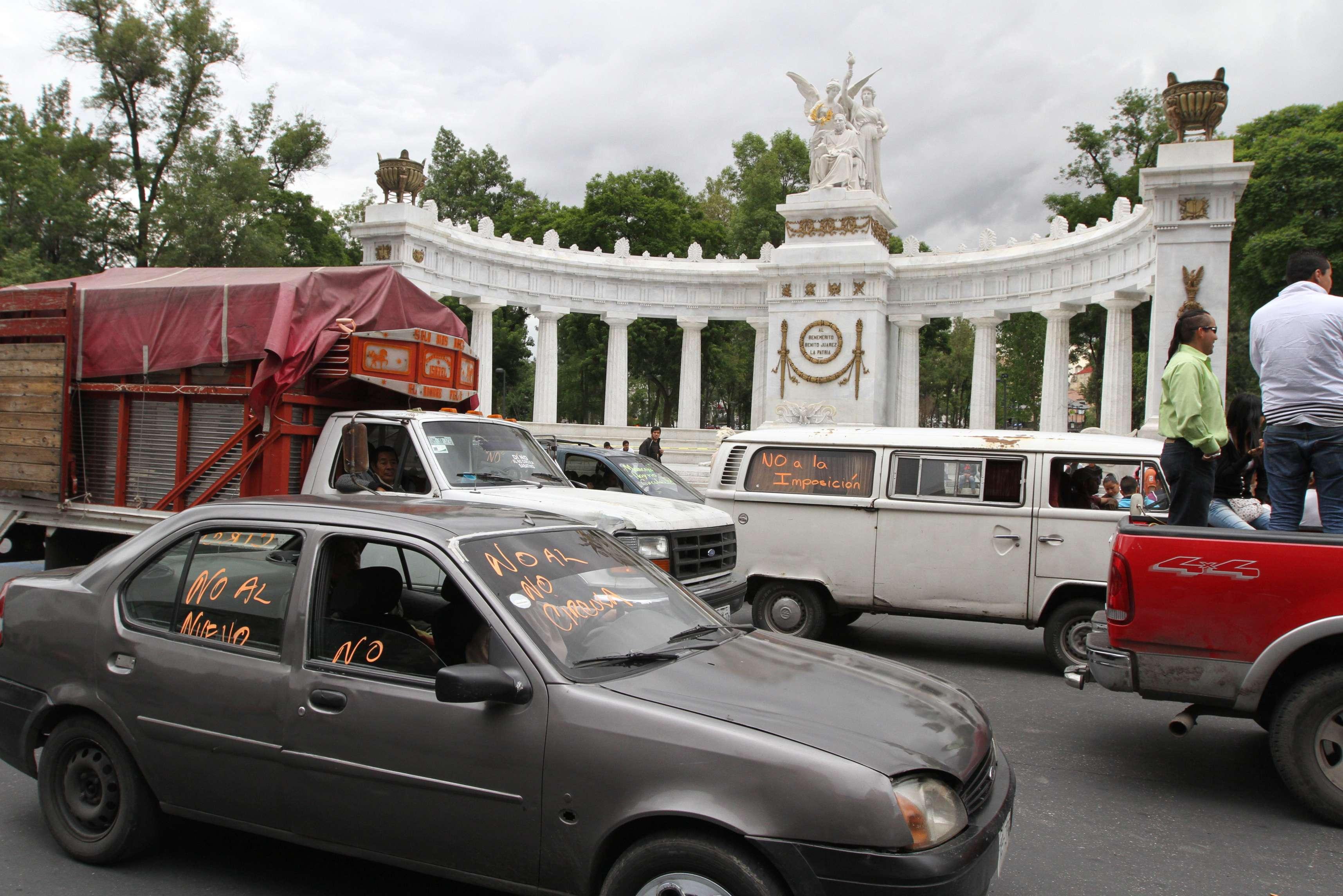Al paso de la caravana elementos de tránsito realizaron cortes escalonados Foto: Notimex