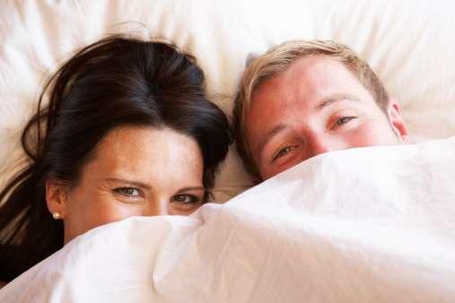 Dormir desnudos sería el secreto de la felicidad en pareja