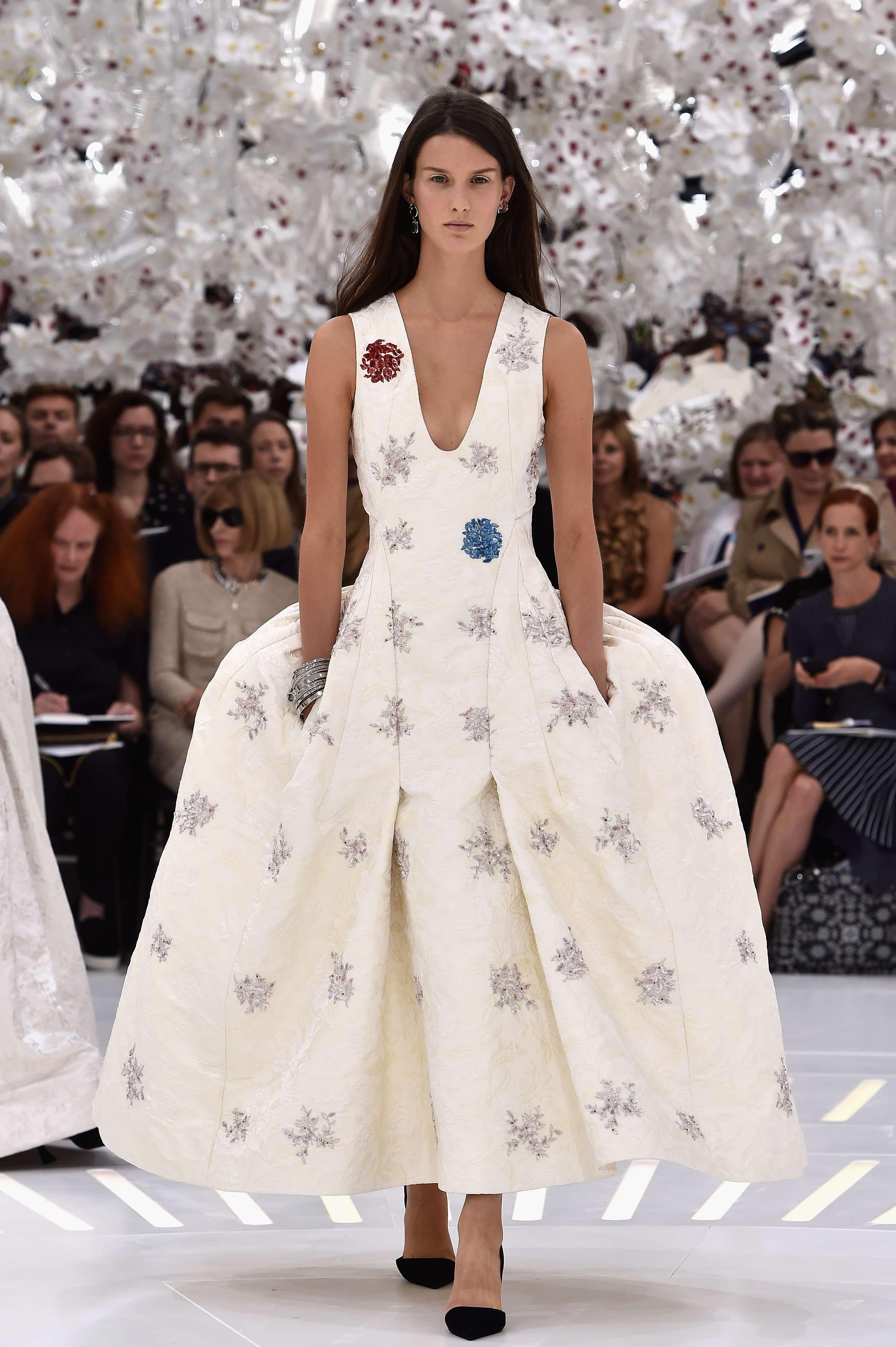 Dior desfila vestidos com recortes marcados em Paris