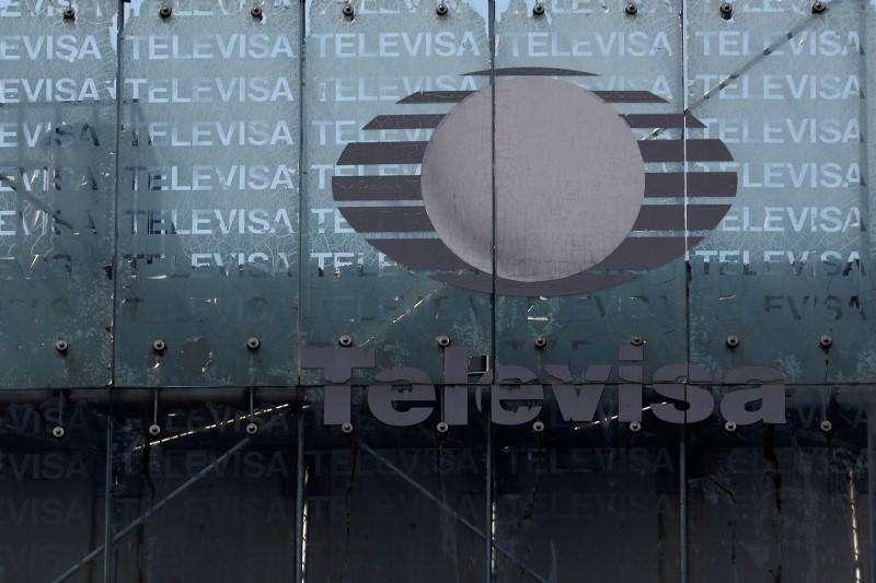 El logo del gigante de los medios Televisa aparece frente al cuartel general de la compañía en Ciudad de México. 29 abril, 2014. El gigante de medios mexicano Televisa dijo el lunes que su utilidad neta a accionistas se incrementó en 21.2 por ciento en el segundo trimestre del 2014 hasta 2,212 millones de pesos (170 millones de dólares) apoyada en fuertes alzas de ventas de sus negocios de TV de paga y telecomunicaciones. Foto: Tomas Bravo/Reuters