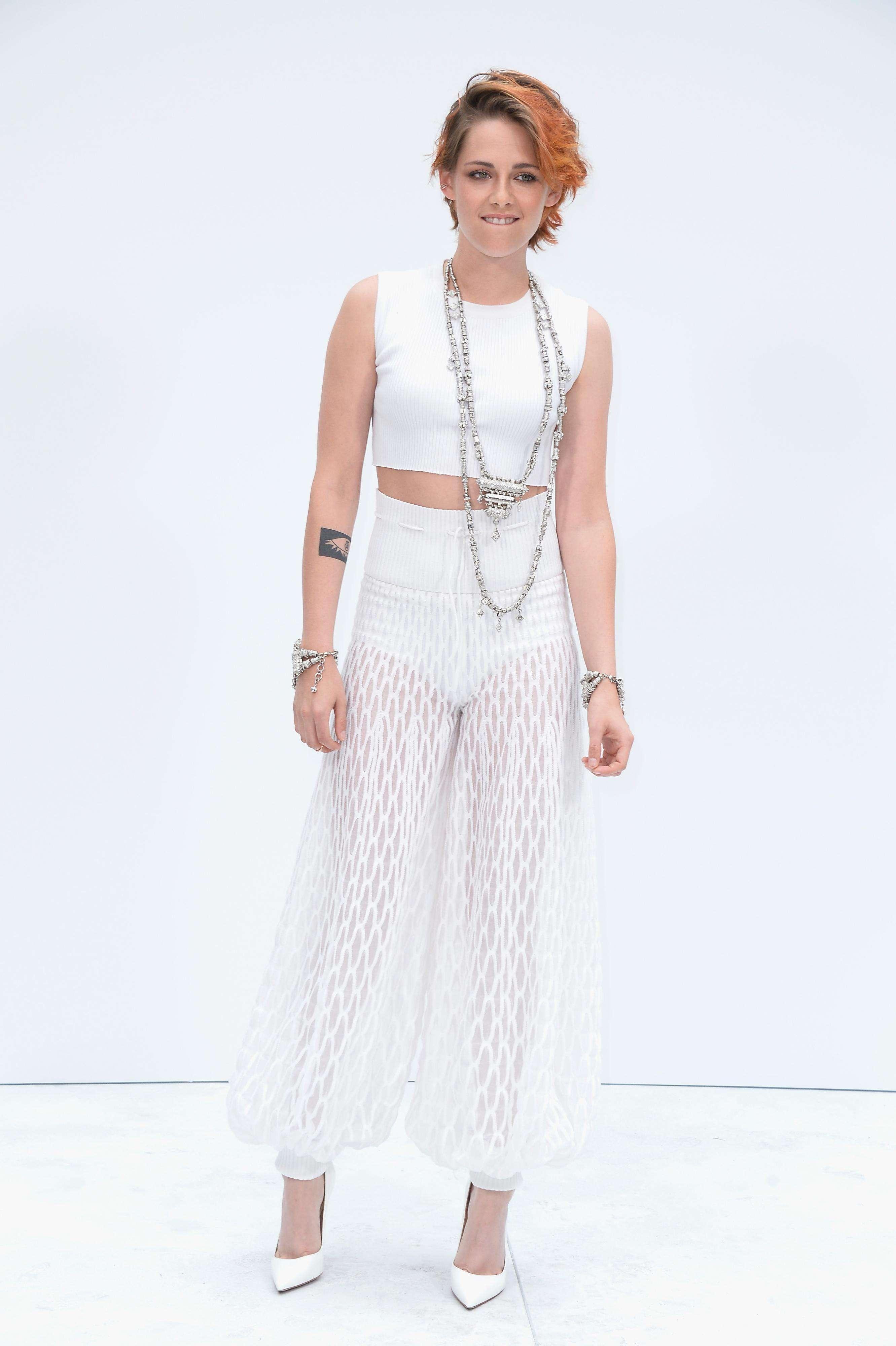 Kristen Stewart usa calça transparente em desfile da Chanel