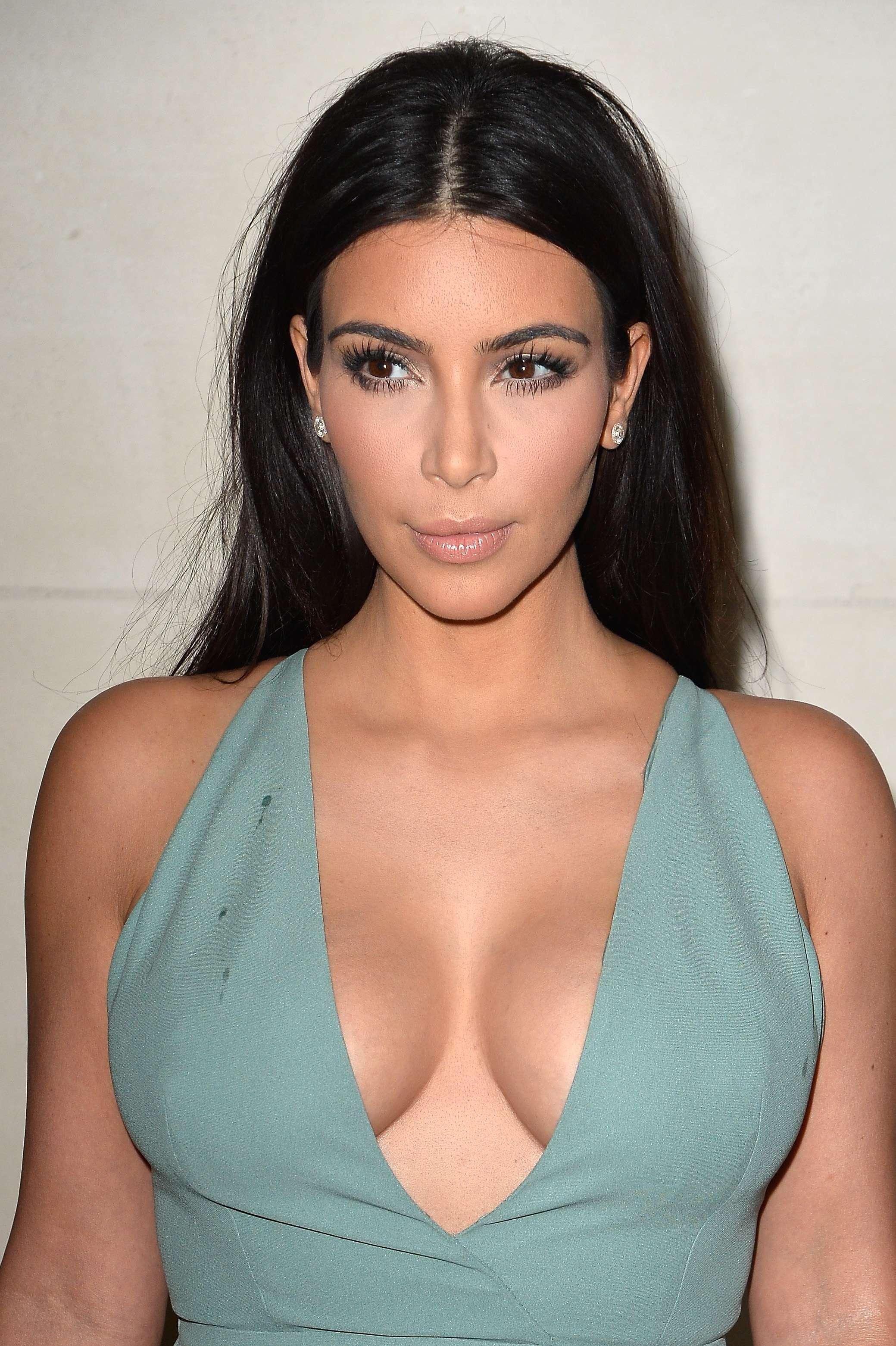 Paris: Kim Kardashian ousa em decote com vestido justo